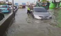 Polisi Sibuk Dorong Kendaraan Mogok yang Terjebak Banjir Kaligawe