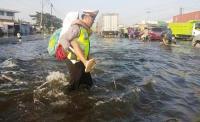 Polisi Gendong Murid SD Seberangi Banjir Jalur Kaligawe demi Ambil Rapor