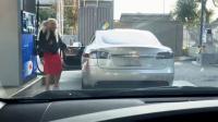 Mobil Listrik Diisi Bensin, Tingkah Wanita Ini Bikin Ngakak