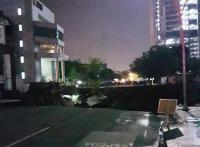 Lubang Besar di Jalan Gubeng Surabaya Akibat Pembangunan Basement?