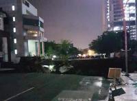 Jalan Gubeng Ambles Diduga karena Proyek Basement RS Siloam