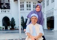 Senyum Semringah Ustadz Arifin Ilham Berjemur Ditemani Istri