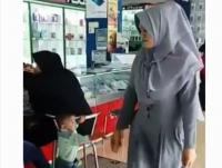 Emak-Emak <i>Isengin</i> Anak hingga <i>Nangis</i>, <i>Netizen</i>: Jahat!