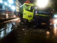 Truk Besar Tabrak Pembatas Jalan di Dekat Gardu Tol Slipi