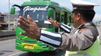 """Kerja Sampingan"" Polisi di Jalur Pantura: Tambal Lubang Jalan"