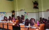 "Viral Video ""Spidergirl"" Panjat Dinding Kelas"