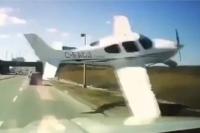 Detik-Detik Pesawat Hampir Tabrak Truk yang Melintas di Jalan Tol