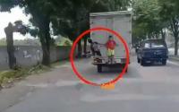 Viral 2 Bocah Minta Tolong Pemotor saat Terbawa Mobil Truk Box
