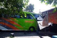 Hendak Parkir, Bus AKAP Malah Tabrak Warung di Terminal Giwangan
