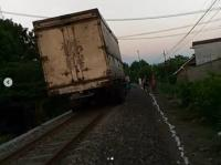 Viral Truk Masuk Jalur Kereta Api, Netizen: Memang Angker Jalannya