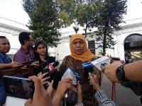 Jalan Ditutup, Gubernur Khofifah Jalan Kaki dari Stasiun Juanda Guna Temui Jokowi