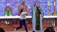 Detik-Detik Seorang Pastor Didorong Perempuan dari Panggung saat Misa
