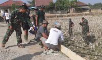 Demi Hubungkan 4 Desa, TNI Bahu-membahu Perbaiki Jalan di Tangerang
