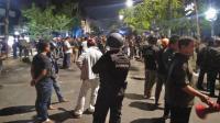 Polisi Jaga dan Beri Makan Penghuni Asrama Papua di Makassar Pasca-Tawuran