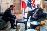 PM Inggris Angkat Kaki ke Meja Saat Bertemu Presiden Prancis