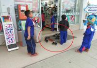 Jaga Kesopanan, Anak-Anak Thailand Lepas Sepatu Sebelum Masuk Toserba