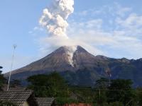 Gunung Merapi Letuskan Awan Panas Setinggi 1,5 km, Masyarakat Tetap Tenang