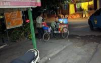 Viral Pendagang Cilok Ajak Anaknya Jualan Bikin Haru Warganet