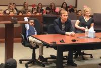 Bocah 5 Tahun Undang Teman Sekelas Menyaksikan Proses Sidang Adopsinya