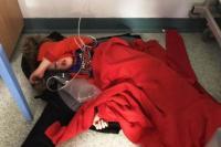 Foto Bocah 4 Tahun Tidur di Lantai Rumah Sakit Picu Kehebohan di Inggris