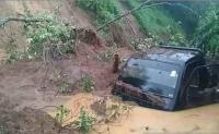 Jalan Nasional di Sumsel Terputus Akibat Longsor, Mobil Terjebak