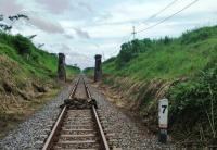Viral Video Tumpukan Batu Tersusun di Rel Kereta Api di Lumajang