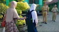 Diantar Sang Ibu, Siswi Korban Bullying di Purworejo Kembali Bersekolah