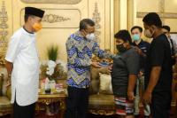 Gubernur Sulsel Hadiahi Bocah Korban Bully Beasiswa 3 Tahun dan Motor Listrik