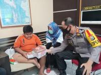 Kapolres Pangkep Berikan Tabungan Pendidikan untuk Penjual Jalangkote Korban Bullying