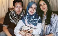 Pamer Potret Lebaran Bareng Keluarga, Adik dan Mama Anya Geraldine Bikin Salah Fokus