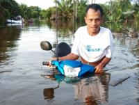 Banjir hingga Satu Meter, Warga Mengungsi di Kandang Ayam