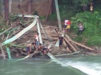 Jembatan Roboh, 1 Pekerja Tewas & 4 Luka-Luka Tertimpa Beton