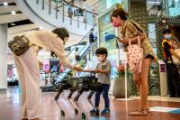 Anjing Robot Berikan Hand Sanitizer pada Pengunjung Mal di Thailand