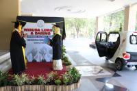 Wisuda Drive Thru ala UNS: Wisudawan Naik Delman hingga Tumpangi Mobil Listrik