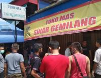 Perampok Bersenpi Gasak Toko Emas saat Siang Bolong