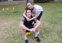 Gaya Ryuji Utomo saat Yoga Bersama sang Istri di Alam Terbuka