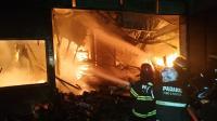 Toko dan Gudang Cat di Padang Terbakar, Petugas Sempat Kesulitan Padamkan Api
