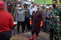 Risma Blusukan: Maskernya Dipakai Jangan Diturunkan, yang Sakit Sudah Ribuan