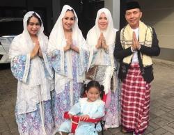 LEBARAN SELEB: Keluarga Ayu Ting Ting Kompak Berbaju Putih saat Idul Fitri