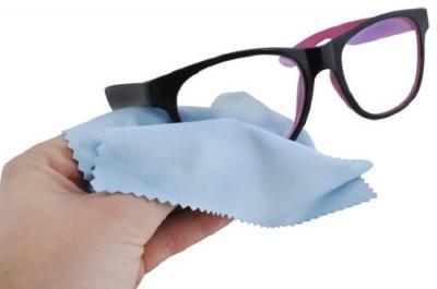 Cara Membersihkan Kacamata Biar Tak Penuh Kuman!