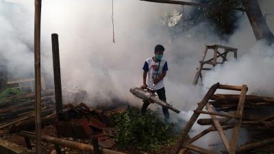 Warga Bekasi Antusias Dapat Fogging Gratis dari Caleg Perindo