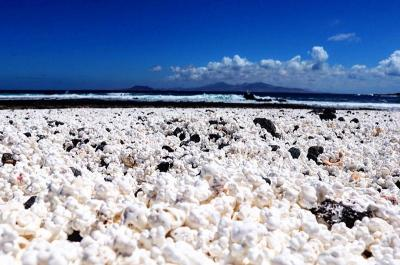 Unik, Pantai Ini Punya Hamparan Pasir bak Popcorn