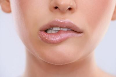 Suka Gigit Bibir? Awas Iritasi dan Bisa Sebabkan Kanker Mulut!