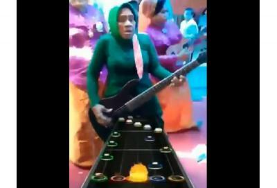 Beredar Video Emak-Emak Berkebaya Main Gitar Hero, Netizen: Emak Gue Viral