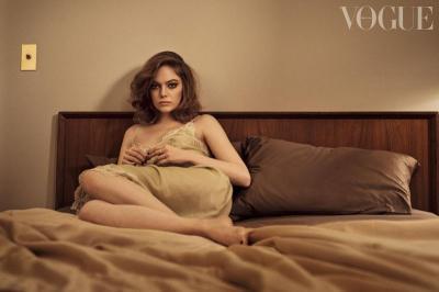 7 Potret Kecantikan Emma Stone dengan Tampilan Flawless