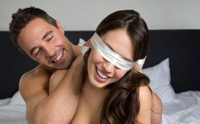 4 Hal yang Bikin Bercinta dengan Penutup Mata Semakin Panas