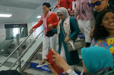 Jajal MRT, Iriana Jokowi Tampil Merona dan Segar dengan Scarf Pink