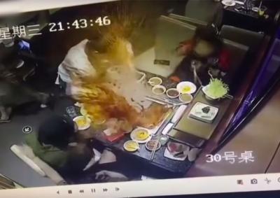 Asik Diaduk, Panci Sup Sebuah Restoran Mendadak Meledak