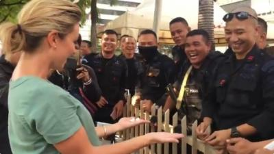 Viral Video Polisi Main Sulap dengan Jurnalis Australia di Lokasi Aksi 22 Mei