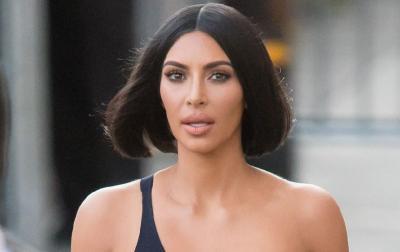 Pakai Bikini Motif Ular, Kim Kardashian Kembali Pamer Payudara